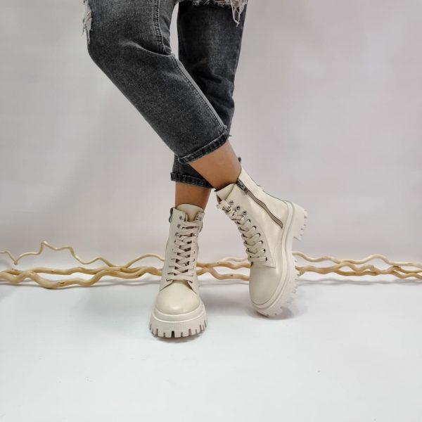 Современные ботинки массивная модель из кожи на подошве с протектором бежевые купить