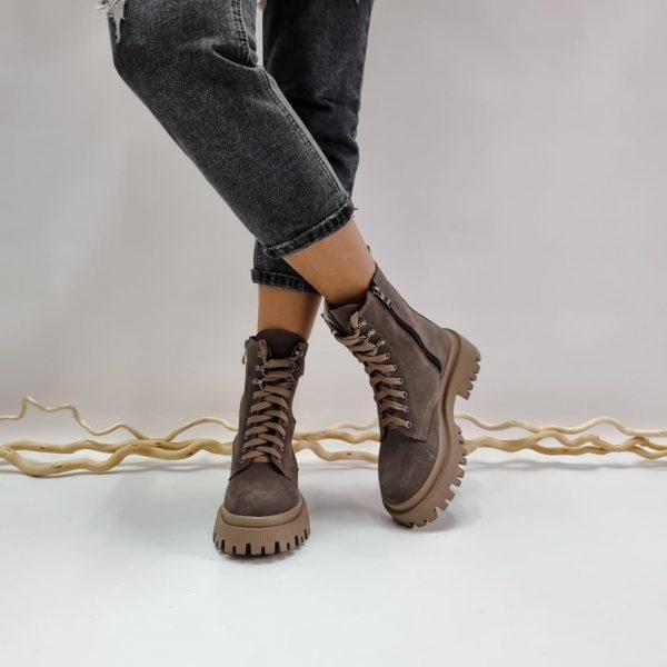 Замшевые ботинки женские с массивной подошвой темный бежевый цвета купить